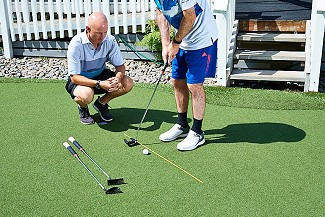 Putter fitting on the synthetic putting green